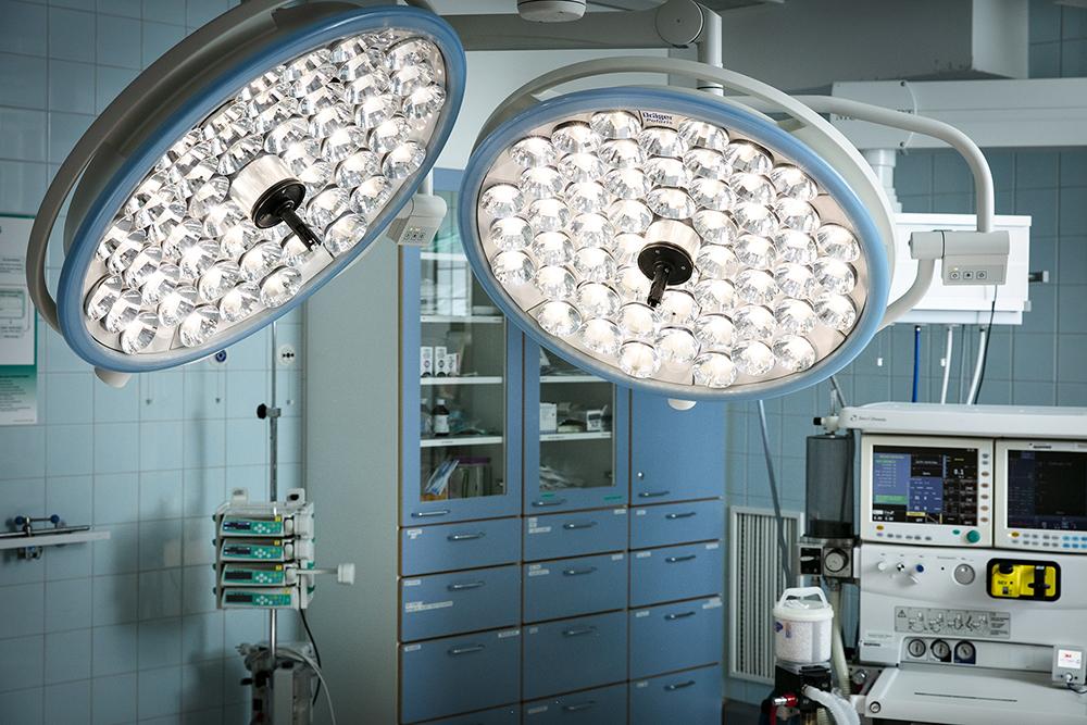 Kuvassa kaksi suurta sairaalavalaisinta